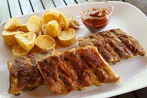 Costite proaspete de porc la cuptor si  cartofi noi prajiti