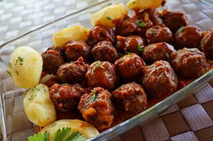 Chiftelute din carne de porc cu sos de rosii si cartofi natur