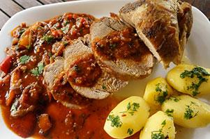 Pulpa de porc la cuptor cu legume la gratar in sos si cartofi natur