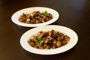 Ciuperci champignon brune cu usturoi trase la tigaie in unt