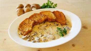 Cotlet de porc la tigaie cu sos de smantana si ciuperci champignon brune
