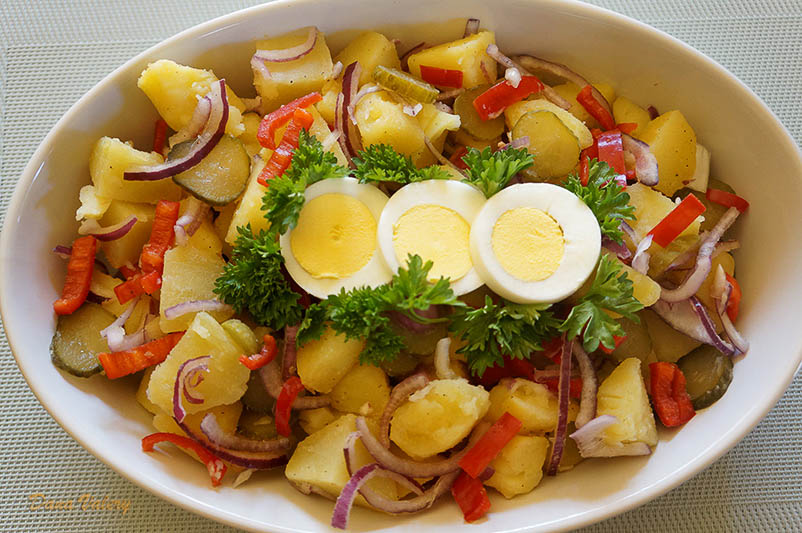 Salata de cartofi cu castraveti murati, ceapa rosie si ardei gras