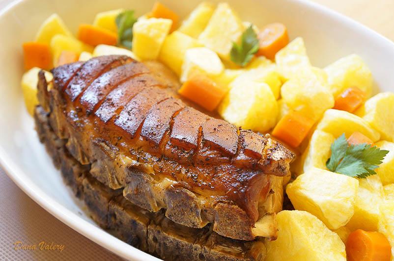 Cotlet de porc cu os la cuptor si cartofi rumeniti