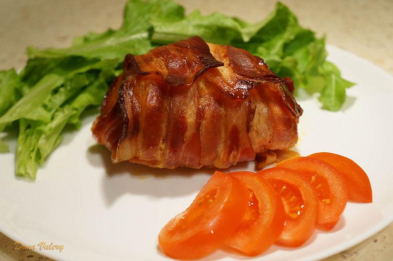 Rulouri din piept de pui cu mozzarella invelit in bacon la cuptor