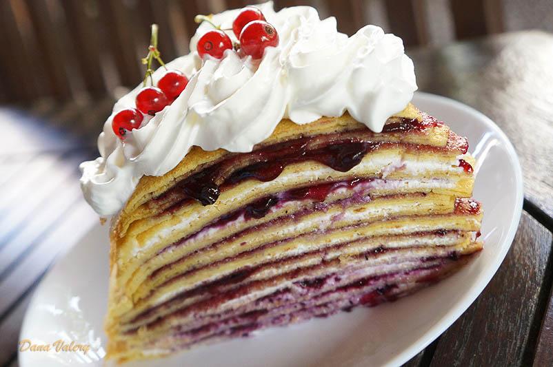 Tort de clatite cu branza dulce si gem de afine