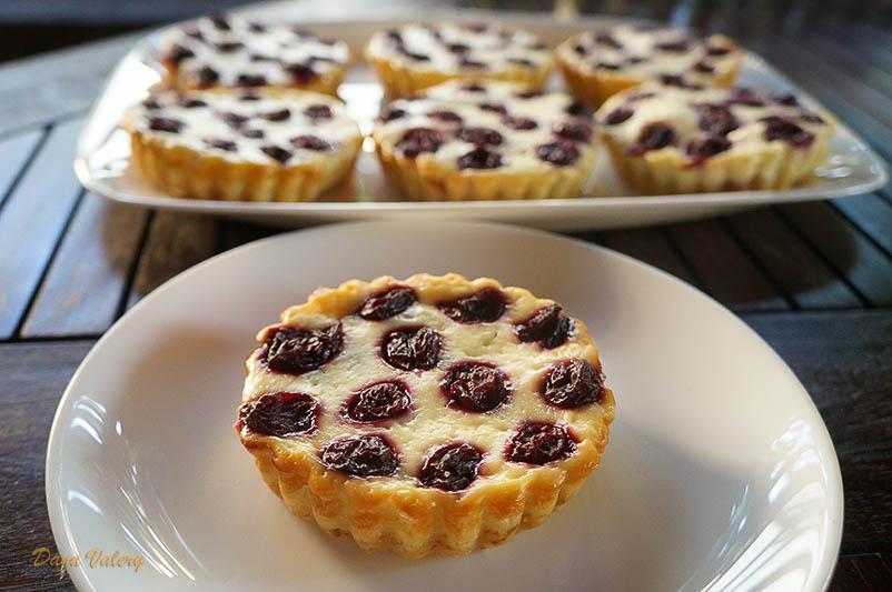 Mini tarte cu branza dulce si visine