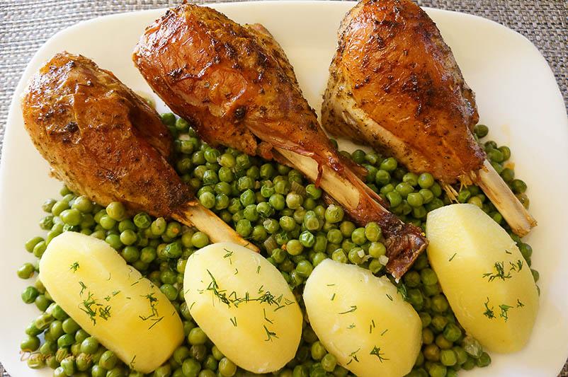 Pulpe inferioare de curcan la cuptor cu sote de mazare si cartofi natur