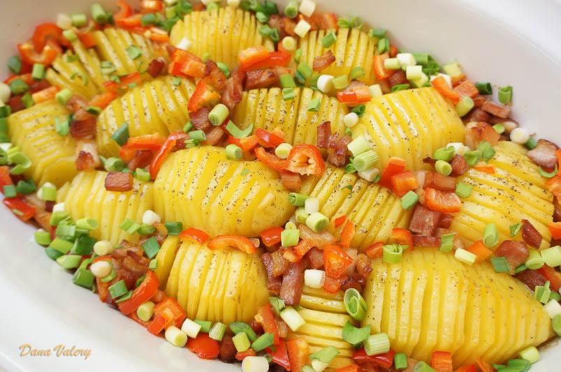 Cartofi cu bacon la cuptor, ardei gras, ceapa si usturoi verde