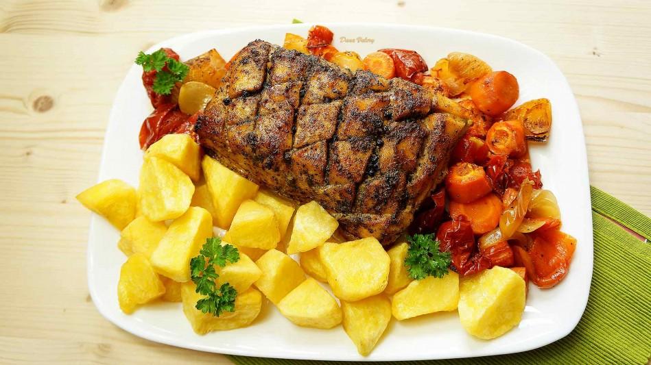 Cotlet de porc la cuptor cu sos de legume