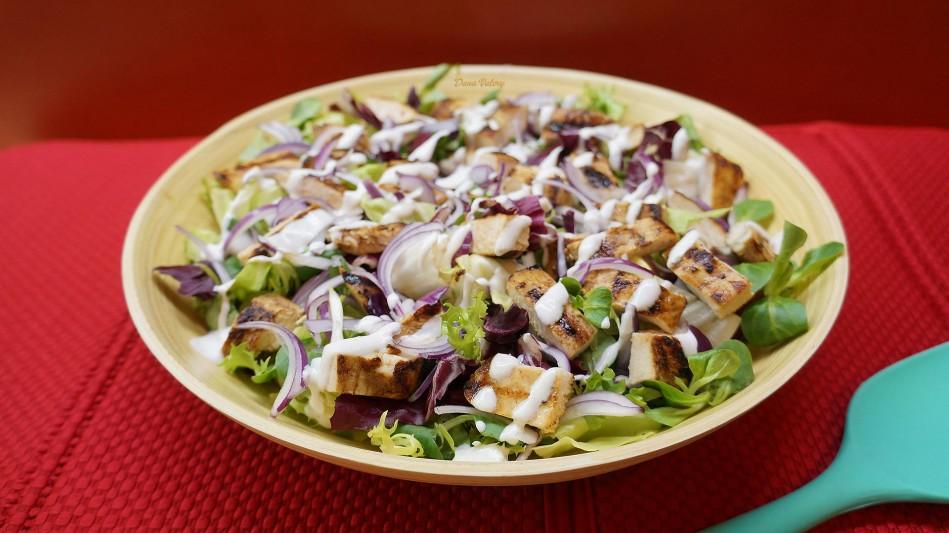 Salata cu piept de pui la gratar si dressing de iaurt