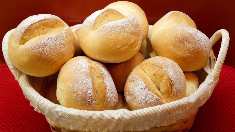 Chifle pufoase cu lapte si unt, painici pentru mic dejun
