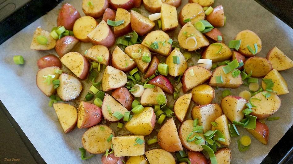 Cartofi noi, la cuptor cu usturoi si parmezan