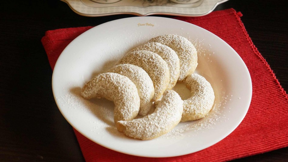 Cornulete fragede cu nuca, unt si vanilie-reteta de Vanillekipferl