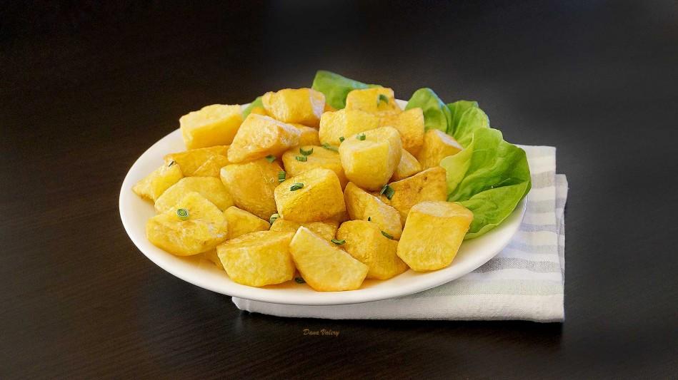 Cartofi aurii - cartofi fierti si rumeniti in untura de porc sau ulei