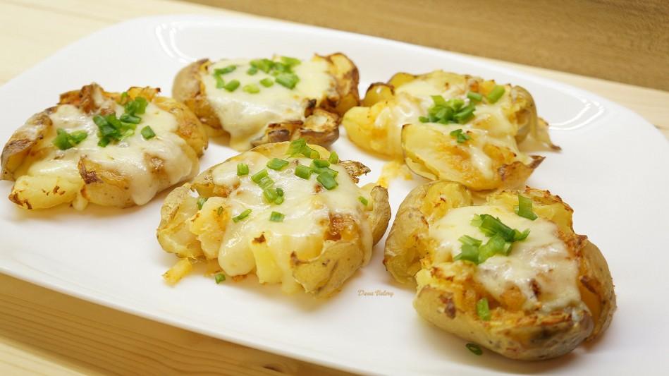 Cartofi zdrobiti, copti cu usturoi si mozzarella