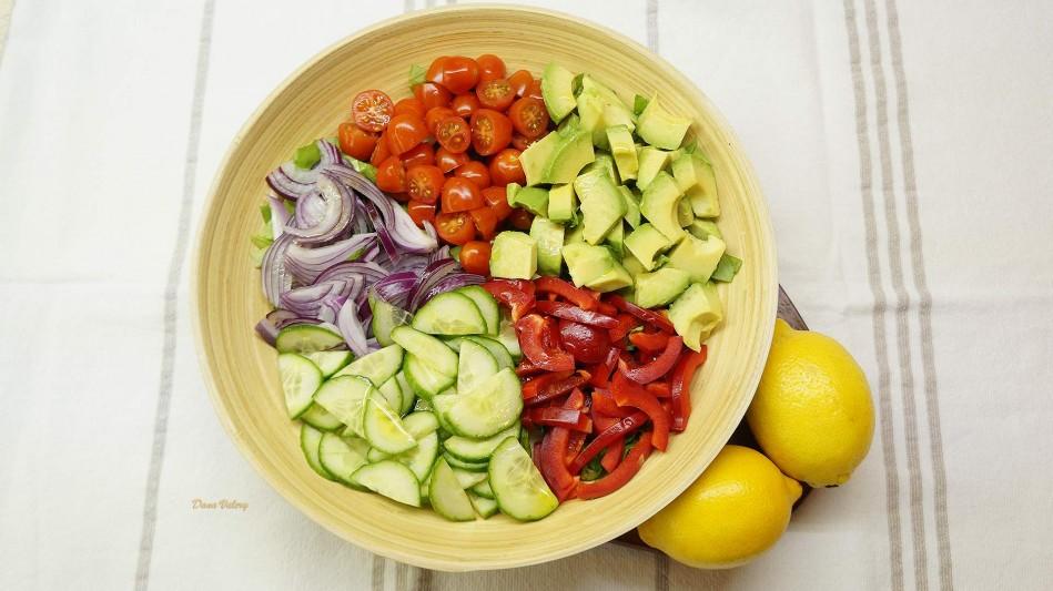 Salata de avocado cu rosii si castraveti