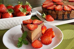 Tort cu blat de cacao, crema caramel si ciocolata si capsuni