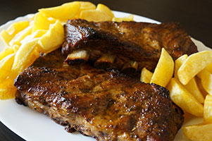 Costite marinate de porc la cuptor, cartofi prajiti si mujdei