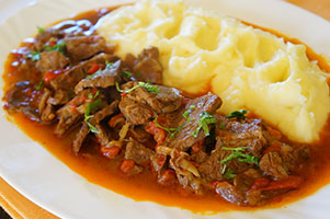 Tocanita de vitel in sos de ceapa si ardei capia copt