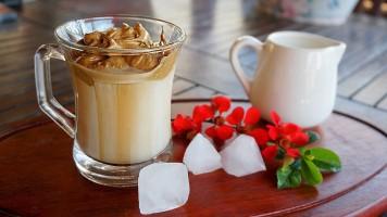 Cafea Dalgona sau Café Frappé spumos cu ness